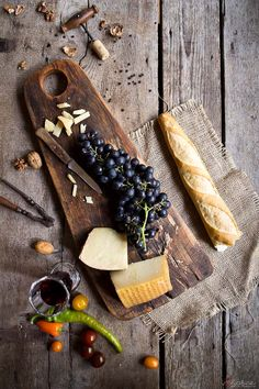 grape and cheese Grapes And Cheese, Meat And Cheese, Wine Cheese, Prosciutto, Cheese Dreams, Platter Board, Wine Pairings, Party Trays, Fruit Trays