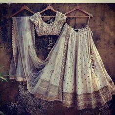 Bridal lehenga in white and golden colour - Alles über Damenmode Indian Wedding Wear, Big Fat Indian Wedding, Indian Bridal, Indian Wear, Indian Dresses, Indian Outfits, Indian Clothes, Chanya Choli, Lehenga Choli Wedding