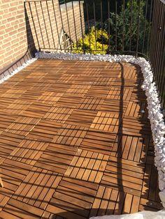 ... und das Ergebnis auf unserem Balkon ... Holzfliesen verlegen Kieselsteine Balkon