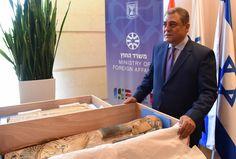 Depois de viajar desde os túmulos do deserto ocidental do Egito, por Dubai, Europa e Israel, dois artefatos de 3 mil anos de idade que haviam sido roubados