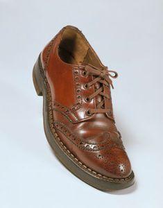 Shoes-1940s-England. Đây là phong cách giầy của nam giới vào thập niên này. Không rõ là của nhãn hiệu nào, chất liệu da vẫn được sử dụng nhiều dành cho nam giới, chúng không khác lắm so với những đôi giầy âu của ngày nay