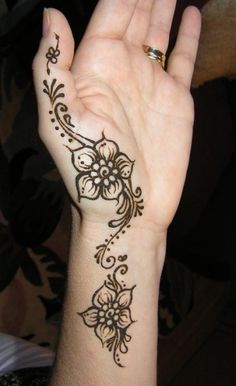 Simple Henna Mehndi Patterns for Hand. I don't really like it as a permanent, but henna like that would be gorge.