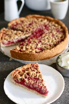 Raspberry oatmeal crumble – Beaufood – Foods and Drinks Healthy Birthday Cakes, Healthy Cake, Healthy Baking, Vegan Desserts, Delicious Desserts, Yummy Food, Sweet Recipes, Cake Recipes, Dessert Recipes