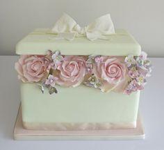 Present box cake with sugar flowers Gorgeous Cakes, Pretty Cakes, Cute Cakes, Amazing Cakes, Fondant Cakes, Cupcake Cakes, Cake Original, Super Torte, Gift Box Cakes