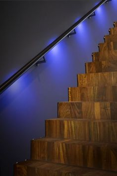 rvs trapleuning met lumigrip mood sense met blauwe verlichting ingeschakeld led illuminated handrail integriteit