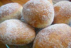 Recette facile et rapide de la pâte à beignet : Ingrédients (6 personnes) - 10g de levure - 2 c à s d'huile - 10 cl de lait - 2 œufs - 250g de farine. Préparation : Mettre tous les ingrédients dans une jatte et bien remuer afin d'obtenir une pâte lisse et homogène. Mettre cette préparation 1 heure au frais. Livres de recettes : http://www.pateacuisiner.com/livres-desserts/