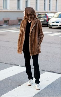 simple and casual, my coat and I can pull this off ; Winter Looks, Fur Fashion, Look Fashion, Brown Fur Coat, Fur Coat Outfit, Look Street Style, Winter Stil, Mode Inspiration, Mode Style