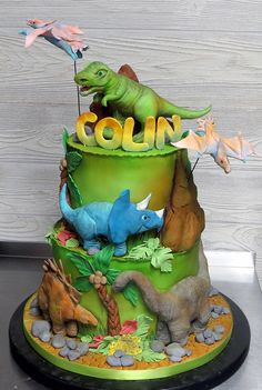 Best dinosaur birthday party ideas for kids. Party decoration, balloon garland , cake and cookies. Dinasour Birthday Cake, 4th Birthday Cakes, Dinosaur Birthday Party, Third Birthday, Dinosaur Cakes For Boys, The Good Dinosaur, Bolo Artificial, Festa Jurassic Park, Dino Cake