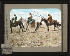 Gives To The Sun на лошади с травуа и White Calf в центре.