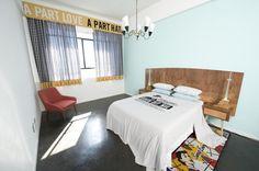 Johannesburg-12-decades art-hotel. Gelegen in het hippe Maboneng met uitzicht op de stad en allemaal verschillend gedecoreerde kamers.