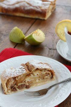 Strudel di mele, come lo facciamo in Trentino: con la pasta matta, mele renetta, uvetta, pinoli, cannella e tanto amore. Per un frutto che ci rappresenta.  #strudel #mele #mela #cannella #ricetta #recipe #apple #cinnamon #trentino  www.dolci-idee.it