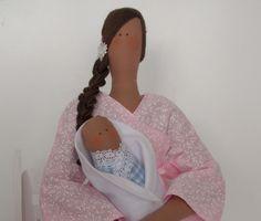 Quem é mãe sabe como é sublime a hora de amamentar e ninar o seu bebê. Pensando em retratar esse momento tão especial, criamos a Tilda mãezinha nessa linda cadeira de balanço. (Valor da cadeira cobrado separado) <br>A boneca pode ser usada na porta da maternidade e depois na decoração do quarto. <br>A partir dos moldes Tilda, o Atelier flor de Tule desenvolve novos modelos, oferecendo bonecas exclusivas com a identidade da marca. <br> Feita em tecidos 100% algodão com apliques de bordados…
