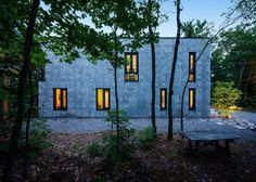 Padrões geométricos e tijolos de concreto dão forma a casa moderna e graciosa