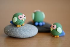 owl (what kind of glue to use to attach polymer clay on stone? Clay Owl, Clay Birds, Fimo Clay, Polymer Clay Charms, Polymer Clay Art, Owl Crafts, Clay Crafts, Biscuit, Baking Clay