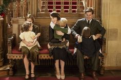 Laura Carmichael, Michelle Dockery and Allen Leech behind the scenes of Downton Abbey CS.