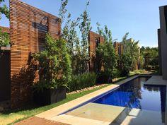 Painel ripado de Garapeira - www.cobrire.com.br - #cobrire #deck #decks #pérgola #pergola #pergolas #pergolado #cobertura #madeira #palha #bambu #bamboo #forro #design #arquitetura #paisagismo #decoração #decor #architecture #archilovers #architect #wood #landscape #outdoors #style #life #lifestyle #sun #summer #areagourmet