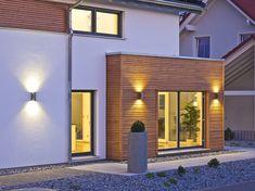 Haus FUTURE - Außenansicht mit Beleuchtung - Fertighaus WEISS - Plusenergiehaus - Satteldach