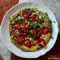 Składniki:  3 duże jajka (ok. 210 g)  2 plasterki szynki wieprzowej (30 g)  garść pokrojonego szczypiorku (20 g)  1/3 kulkimozzarelli (o...