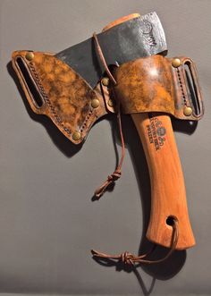 Leather belt sheath for a Gränsfors Bruk Kubben mini axe Small Leather Bag, Leather Art, Custom Leather, Leather Tooling, Leather Holster, Leather Wallet, Axe Sheath, Knife Patterns, Beil