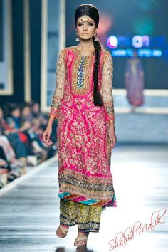 Gota Work Pakistani Mehndi Dresses Designs for girls and women. Fresh outfits containing styles for wedding and mayon events Pakistani Bridal Wear, Pakistani Outfits, Indian Outfits, Pakistani Mehndi, Eid Outfits, Western Outfits, Indian Bridal, Mehndi Dress, Mehndi Outfit