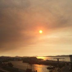 Una puesta de sol en el cielo que parece fuego sobre la Ría de Vigo. Qué colores naranja. #sunset #atardecer