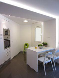 biała kuchnia, nowoczesna kuchnia, jadalnia w kuchni, białe meble kuchenne  Zobacz więcej na: https://www.homify.pl/katalogi-inspiracji/11030/kuchnie-z-miejscami-do-siedzenia