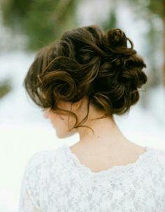 Chignon flou sur cheveux bouclésCommencez par faire des boucles sur l'ensemble de votre chevelure. Ensuite, à l'aide de pinces à chignon faites tenir...