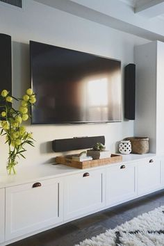 Built-in shelves are my favorite way to handle a media wall. Clean and pretty, they add uselful design to your space. Be inspired with these 10 ideas.