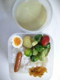 Twitter from @teruteru0526 お昼~ ヽ(・8・)ノ 定番カレー! グリーンカレー 芽キャベツとアボガドのサラダ  20130130 Lunch #bento #obento #obentoart #fb