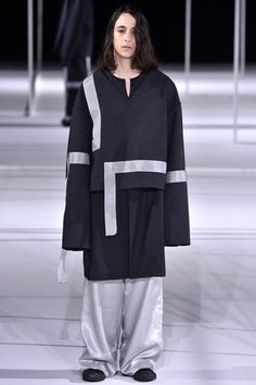 See the complete Ethosens Tokyo Fall 2016 collection.