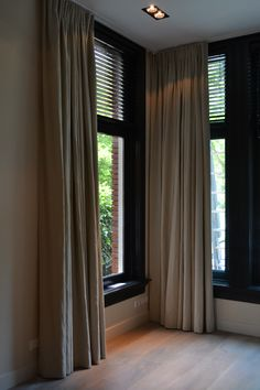 Love it with the black blinds and woodwork. Patio Door Coverings, Window Coverings, Costco Patio Furniture, Style At Home, Black Blinds, Store Venitien, Style Deco, Interior Windows, Living Styles