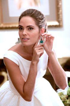 Nos encantan los #pendientes de esta #novia. ¡Un toque de #color!