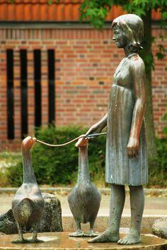 The Transience of Life - Hamburg, Germany statue;  photo by pentalopes