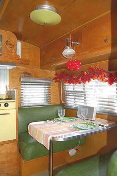 Awesome Vintage Camper Dinette Ideas - Go Travels Plan Vintage Trailer Decor, Vintage Caravan Interiors, Vintage Camper Interior, Trailer Interior, Vintage Rv, Rv Interior, Interior Ideas, Vintage Motorhome, Vintage Campers Trailers