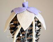Pigna decorata con pannolenci #Christmas #diy #handmade #craft #pinecone #flower #felt