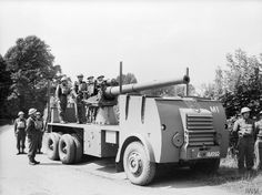 """mobile gun, Littlestone-on-Sea, near Dungeness in Kent, July 1940 - The the chassis of an AEC """"Mammoth"""" to which a mm) naval gun from the First World War was mounted. British Armed Forces, Panzer, Historical Pictures, British Army, Armored Vehicles, World War Ii, Troops, Military Vehicles, Britain"""
