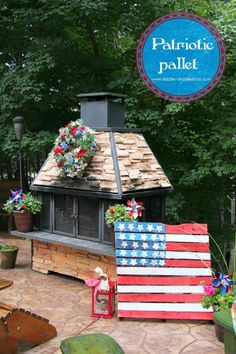 Make a Patriotic Pallet! Super simple  Perfect for all your outdoor 4th of July parties! via @Debbiedoo's