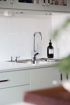 En köksblandare kan vara en färgstark stilikon eller diskret funktionell. Viktigaste är att kvaliteten håller samma standard som resten av köket | Ballingslöv