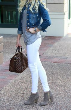 Take a look at 14 stylish spring outfits with white jeans in the photos below and get ideas for your own amazing outfits! White jeans, chambray shirt and brown accessories Amazing Outfits Image source Image source Fall Winter Outfits, Autumn Winter Fashion, Summer Outfits, Fall Outfits 2018, Spring Outfits Women, Dress Winter, Outfit Jeans, White Pants Outfit, White Jeans Winter Outfit