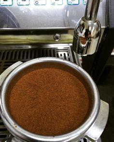 A nicely tamped bed of coffee right? Nope this is actually BEFORE tamping & is the result after distribution with the OCD.  #dubairoastery #dubaispecialtycoffee #thirdwavecoffee #jebenacoffee #coffeelovers #coffeebeans  #coffeelove #coffeetime #coffee #coffeeuae #coffeegeek #coffeegram #aeropress #artisancoffee #alternativebrewing #filtercoffee #pourover #v60 #chemex #caffeine #espresso #baristadaily #homebarista #siphon #singleorigin #hario #hariov60 #lightroast #dubaifoodie #foodie…