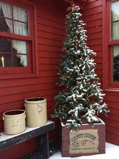 02 Farmhouse Christmas Porch Decor Ideas Love this box Prim Christmas, Farmhouse Christmas Decor, Outdoor Christmas, Christmas Tree Boxes, Christmas Front Porches, Wooden Crates Christmas, Cowboy Christmas, Modern Christmas, Simple Christmas