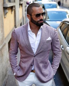 Discover the details that make the difference of the best streetstyle unique people with a lot of style Black Suit Men, Handsome Black Men, Sharp Dressed Man, Well Dressed Men, Smart Casual Wear, Men Casual, Dapper Gentleman, Suit Fashion, Fashion Edgy
