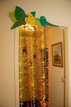 Dinosaur decorations or safari/jungle themed decorations 🌳🌴🌾🍃🌿🌱🌴🌳 Moana Birthday Party, Moana Party, Luau Party, First Birthday Parties, Safari Theme Party, Safari Birthday Party, Jungle Party, Party Themes, Tropical Party