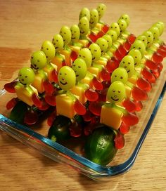 New and fun fruit treat ideas - Food Carving Ideas Party Finger Foods, Snacks Für Party, Halloween Snacks, Rainbow Fruit Kabobs, Cool Slime Recipes, Fingerfood Party, Food Carving, Edible Arrangements, Best Fruits