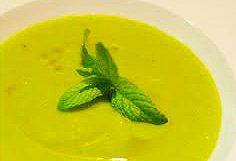 Crema con hierbabuena  4 porciones.  Tiempo total : 30 min. Ingredientes      400 g. de lechuga     2 cucharas soperas de hierbabuena seca o un par de tallos de hierbabuena fresca     10 cl. de nata     1 l. de caldo     2 cebolla     Aceite  Instrucciones  1. pochar la cebolla.  2. añadir las hojas verdes cortadas fino y la mitad de la hierbabuena con un poco de sal. pochar un poco.  3. añadir el caldo, cocer durante 15 minutos.  4. Triturar, añadir el resto de la hierbabuena y la nata.