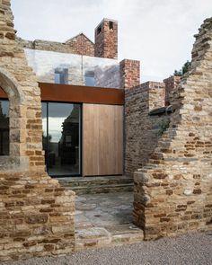Il y a quelques jours, nous vous partagions un très beau projet du cabinet londonien WillGamble/Architects, l'extension d'une maison à Londres. Suite à cette parution, nous avons découvert un projet encore plus incroyable des mêmes protagonistes, on ne pouvait pas passer à côté !  Il s'agit d'une propriété existante qui se composait d'une maison victorienne classée à double façade, reliée à un hangar à bétail désaffecté et au-delà une ruine, qui était une ancienne usine de parchemin, le… Extension Designs, Cabinet D Architecture, Mug Design, Masonry Wall, Inspiration Design, Ground Floor Plan, House Extensions, Brickwork, Modern Spaces