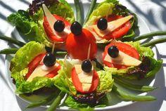 Перед вами — почти греческий салат, только сервированный в виде закуски на листьях салата и скрепленный шпажкой. В таком виде его очень удобно накладывать на тарелки вместе с другими холодными закусками на фуршете. Порадуйте ваших гостей оригинальным, вкусным и полезным блюдом!