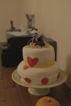 Gâteau fête Raphaëlle 2 ans! gâteau vanille + crème au beurre + confiture de cerises + Fondant maison. Panda fait avec pâte d'amande maison.
