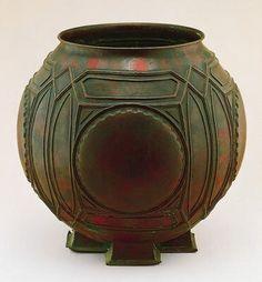 Urn designed by Frank Lloyd Wright, Artist: James A. Miller & Brothers, Medium: Sheet copper molded and hand-hammered. Frank Lloyd Wright, Vintage Pottery, Pottery Art, Pottery Teapots, Vases, Art Decor, Decoration, Roycroft, Art And Craft Design