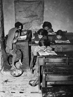 Fotografia, i maestri del bianco e nero raccontano il Sud - Tino Petrelli School Pictures, Old Pictures, Old Photos, Caravaggio, Vintage Photographs, Vintage Photos, Reggio Calabria, Calabria Italy, Der Plan